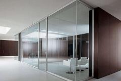 stekljannye-peregorodki-dlja-ofisa